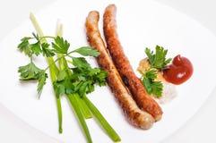 Saucisses de Fried Munich avec des légumes et des sauces Photos stock