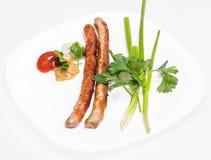 Saucisses de Fried Munich avec des légumes et des sauces Images stock