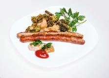 Saucisses de Fried Munich avec des légumes et des sauces Image stock