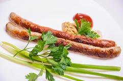 Saucisses de Fried Munich avec des sauces, l'oignon vert et le persil Photo libre de droits