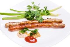Saucisses de Fried Munich avec des sauces, l'oignon vert et le persil Photo stock