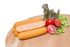 Saucisses de fromage sur le conseil en bois avec le légume frais Photographie stock
