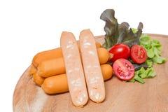 Saucisses de fromage sur le conseil en bois avec le légume frais Images stock