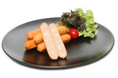 Saucisses de fromage sur le plat avec le légume frais Photographie stock libre de droits