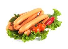 Saucisses de poulet décorées des légumes Photographie stock libre de droits
