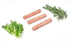 Saucisses de viande crue d'isolement sur le fond blanc Photo stock