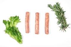 Saucisses de viande crue d'isolement sur le fond blanc Photographie stock