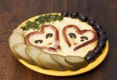 Saucisses en forme de coeur avec frit    oeufs Photo libre de droits