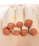 Saucisses enveloppées en pâte feuilletée crue Image libre de droits