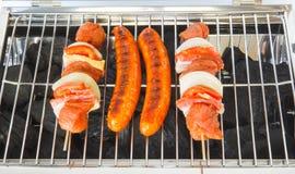 Saucisses et brochettes de viande sur le barbecue photos libres de droits
