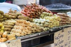 Saucisses et fruits de mer thaïlandais grillés sur le fourneau Photo stock