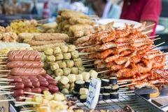 Saucisses et fruits de mer thaïlandais grillés sur le fourneau Photographie stock
