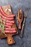 Saucisses et ingrédients crus pour la cuisson photographie stock