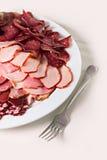 Saucisses et jambon coupés en tranches d'un plat Photographie stock