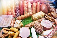 Saucisses et jambon dans la boutique photo libre de droits