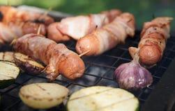 Saucisses et légumes sur le gril photo stock