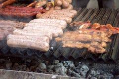 Saucisses et lard sur le gril Image stock