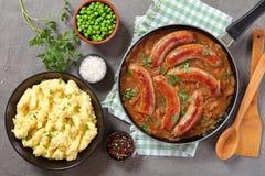 Saucisses et mâche, recette classique, vue supérieure photos stock