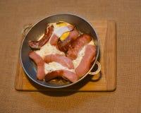 Saucisses et oeufs sur la casserole Photos libres de droits