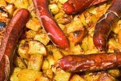 Saucisses et pommes de terre cuites au four image stock