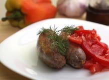 Saucisses et salade Image stock
