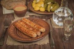 Saucisses et salade bavaroises grillées avec les conserves au vinaigre et le patissonov mariné de la vodka Concept allemand de no images stock