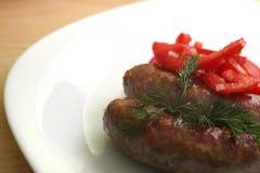 Saucisses et salade grillées Images libres de droits
