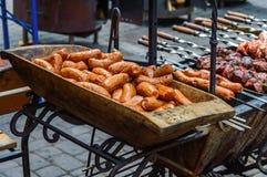 Saucisses et viande grillées sur des brochettes photo libre de droits