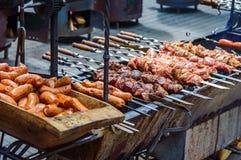 Saucisses et viande grillées sur des brochettes images stock