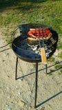 Saucisses faisant cuire sur le barbecue Photographie stock libre de droits