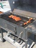 Saucisses faisant cuire sur un gril de BBQ de charbon de bois Images libres de droits
