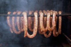 Saucisses faites maison dans un fumeur traditionnel photographie stock