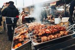Saucisses faites maison de saucisses sur le gril Festival de nourriture et de viande de rue photos stock