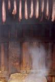 Saucisses faites maison fumées dans un village Images libres de droits