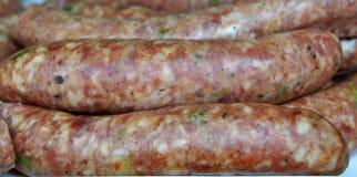 Saucisses faites maison prêtes pour un gril Images stock