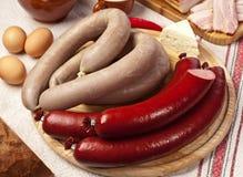 Saucisses faites maison sur la planche à découper Photo libre de droits