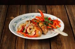 Saucisses frites avec les légumes frais Image libre de droits