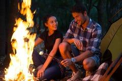 Saucisses frites par couples sur le feu Image libre de droits