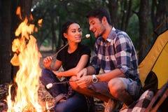 Saucisses frites par couples sur le feu Photographie stock