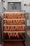 Saucisses fumées à l'usine de traitement des denrées alimentaires des produits alimentaires images libres de droits