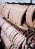 Saucisses fumées Mouthwatering sur le fond d'une usine de viande photo stock