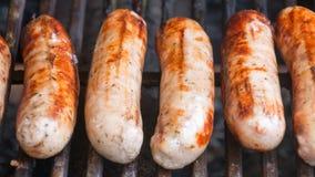 Saucisses grésillant sur un barbecue Photographie stock