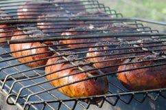Saucisses grillées au-dessus du barbecue de charbon de bois Photo stock