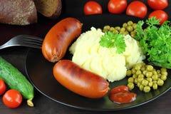 Saucisses grillées avec de la purée de pommes de terre Photos libres de droits