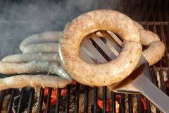 Saucisses grillées de bratwurst sur le BBQ XXXL Photographie stock