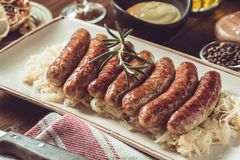 Saucisses grillées par Allemand avec la salade de choux, la moutarde et la bière Image stock