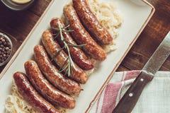 Saucisses grillées par Allemand avec la salade de choux, la moutarde et la bière Photographie stock