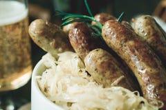 Saucisses grillées par Bavarois traditionnel avec la salade de choux, Mustar photographie stock
