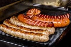 Saucisses grillées sur des brochettes Photos stock