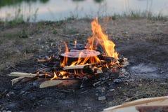 Saucisses grillant au-dessus des charbons rougeoyants chauds Images stock